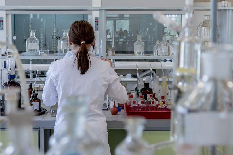 Umowę z PRO-FAMILIA – diagnostyka nowotworów oraz wirusa SARS-CoV-2